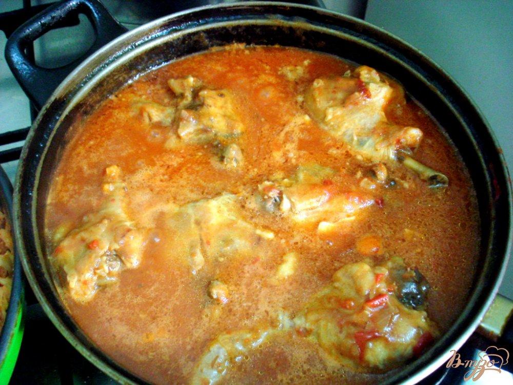 Фото приготовление рецепта: Курица в томатно - луковом соусе шаг №8