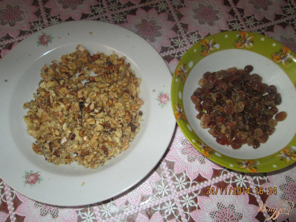 Фото приготовление рецепта: Кексы  с изюмом и грецкими орехами шаг №2
