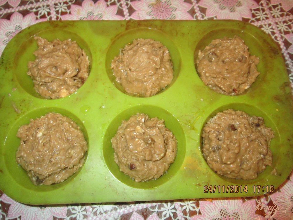 Фото приготовление рецепта: Кексы  с изюмом и грецкими орехами шаг №4