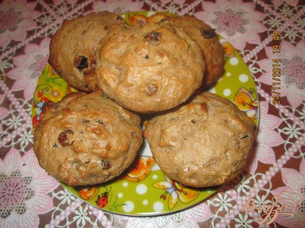 фото рецепта: Кексы  с изюмом и грецкими орехами