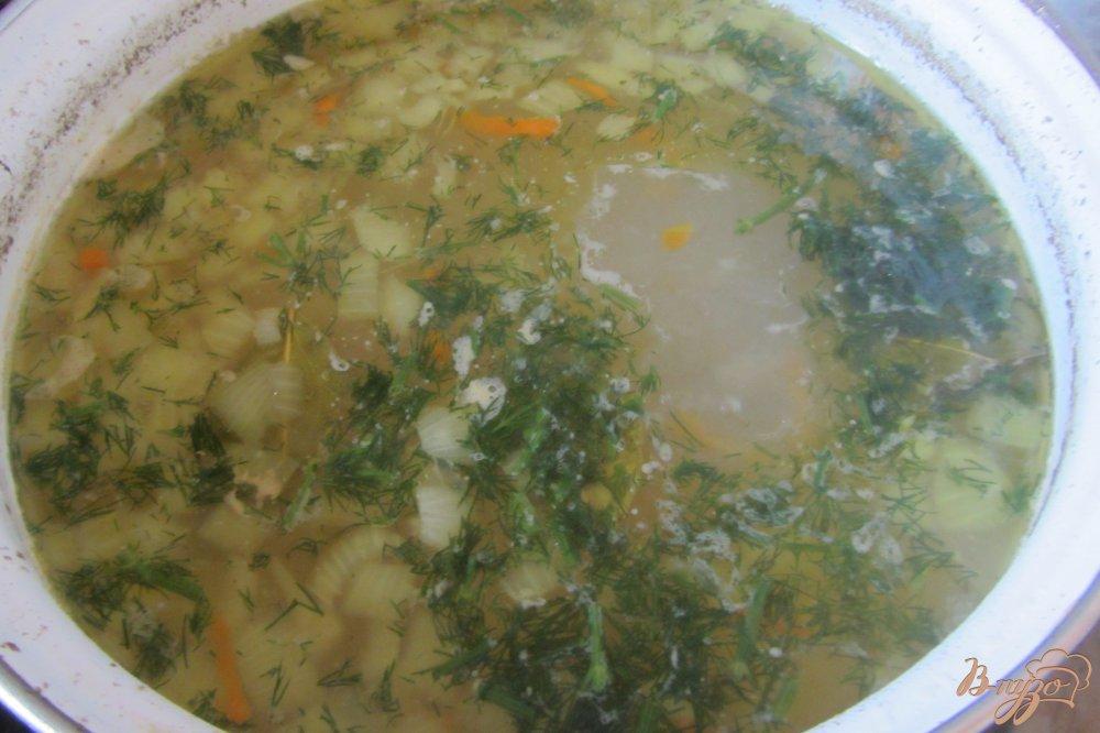 Фото приготовление рецепта: Суп куриный с перловкой без за жарки шаг №7