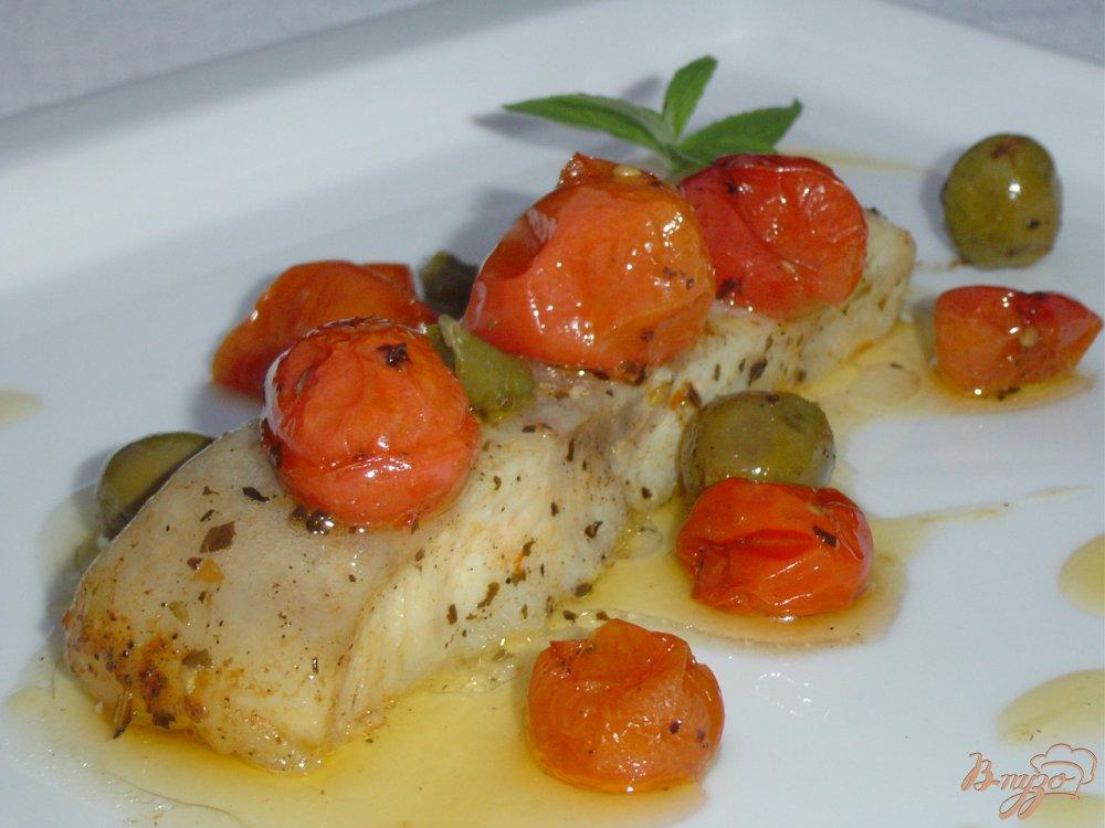 Фото приготовление рецепта: Рыба по итальянски, запеченная с томатами, оливками и каперсами шаг №7