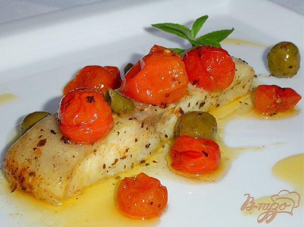 фото рецепта: Рыба по итальянски, запеченная с томатами, оливками и каперсами