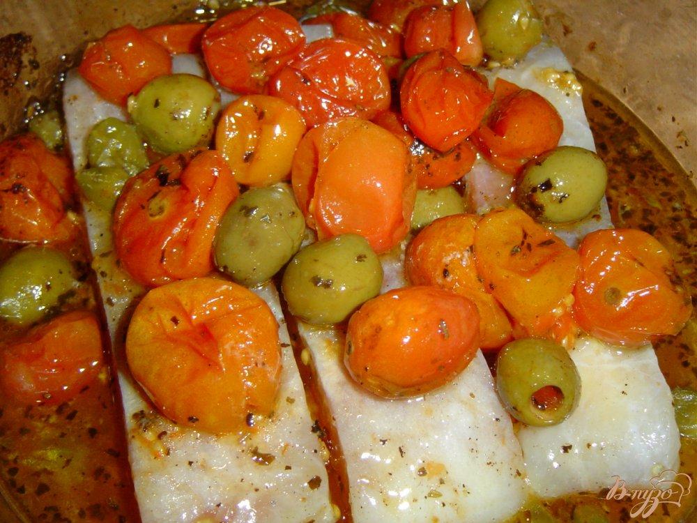 Фото приготовление рецепта: Рыба по итальянски, запеченная с томатами, оливками и каперсами шаг №5