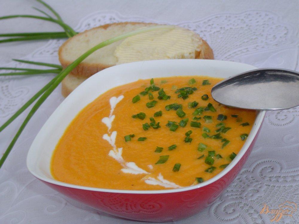 Фото приготовление рецепта: Морковный суп-пюре с зеленым луком (Сrema di carote all erba cipollina) шаг №5