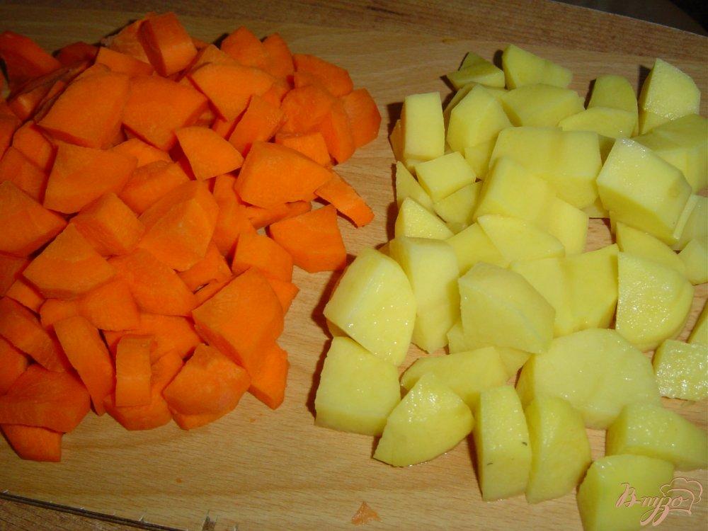 Фото приготовление рецепта: Морковный суп-пюре с зеленым луком (Сrema di carote all erba cipollina) шаг №1