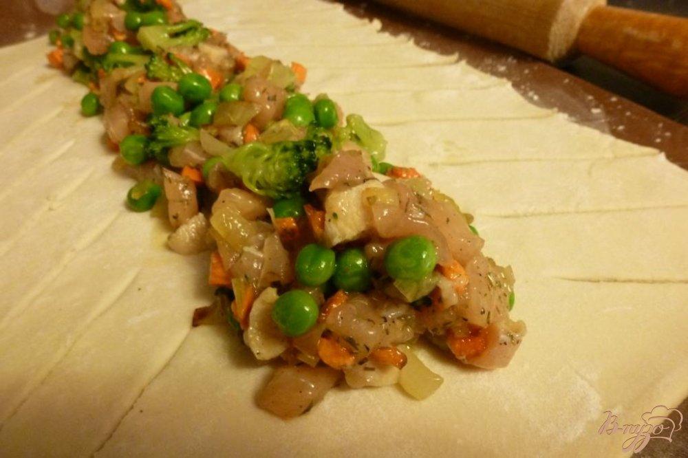 Фото приготовление рецепта: Пирог с куриной грудкой и зеленым горошком шаг №2