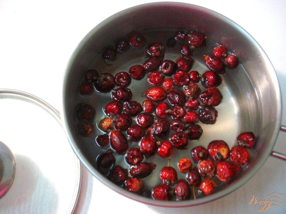 Фото приготовление рецепта: Напиток из шиповника шаг №2
