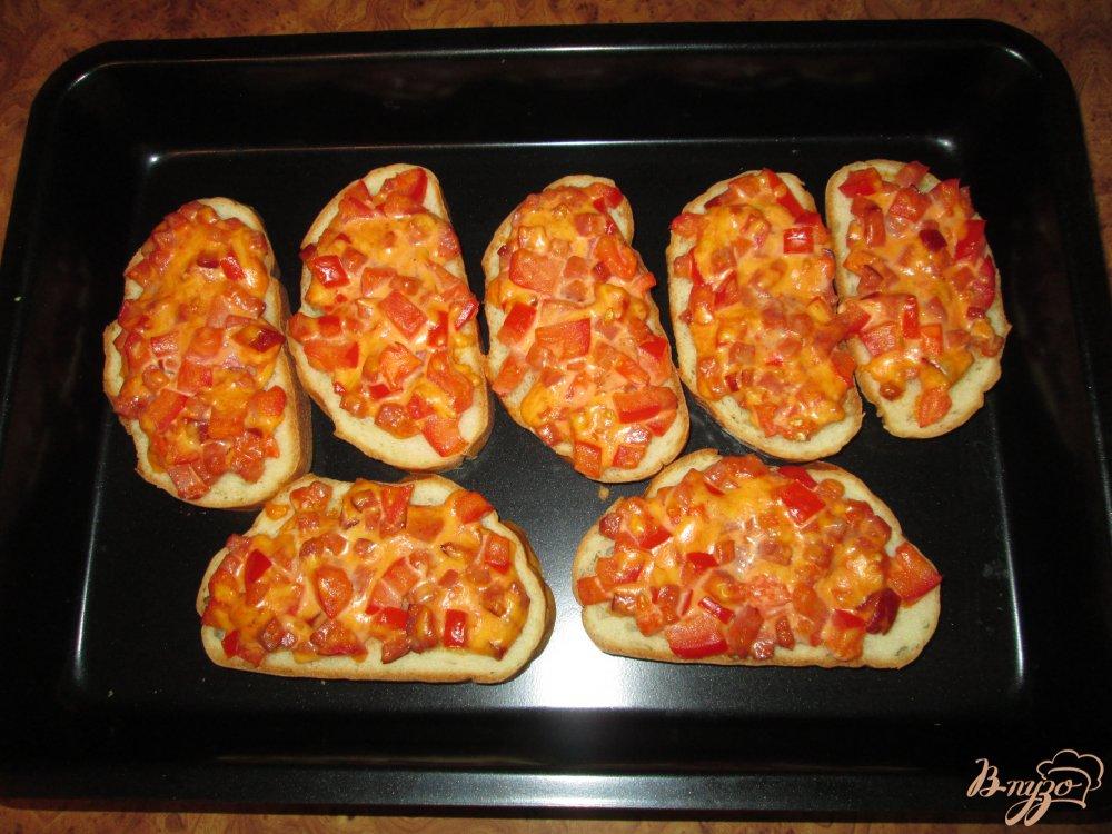 Фото приготовление рецепта: Быстрая пицца на хлебе шаг №8