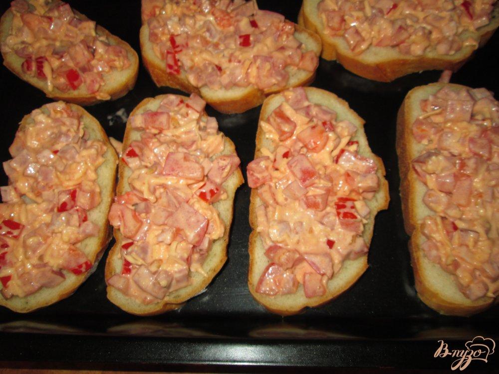 Фото приготовление рецепта: Быстрая пицца на хлебе шаг №6