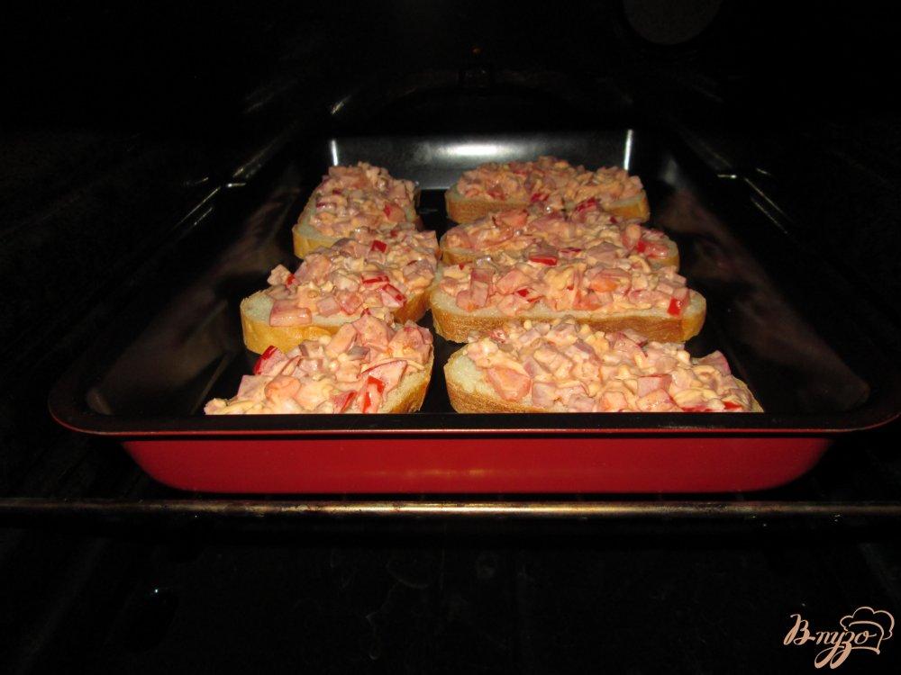 Фото приготовление рецепта: Быстрая пицца на хлебе шаг №7