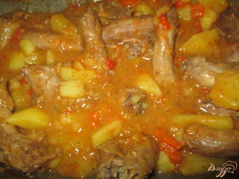 Фото приготовление рецепта: Куриные шейки с картофелем и горохом шаг №8