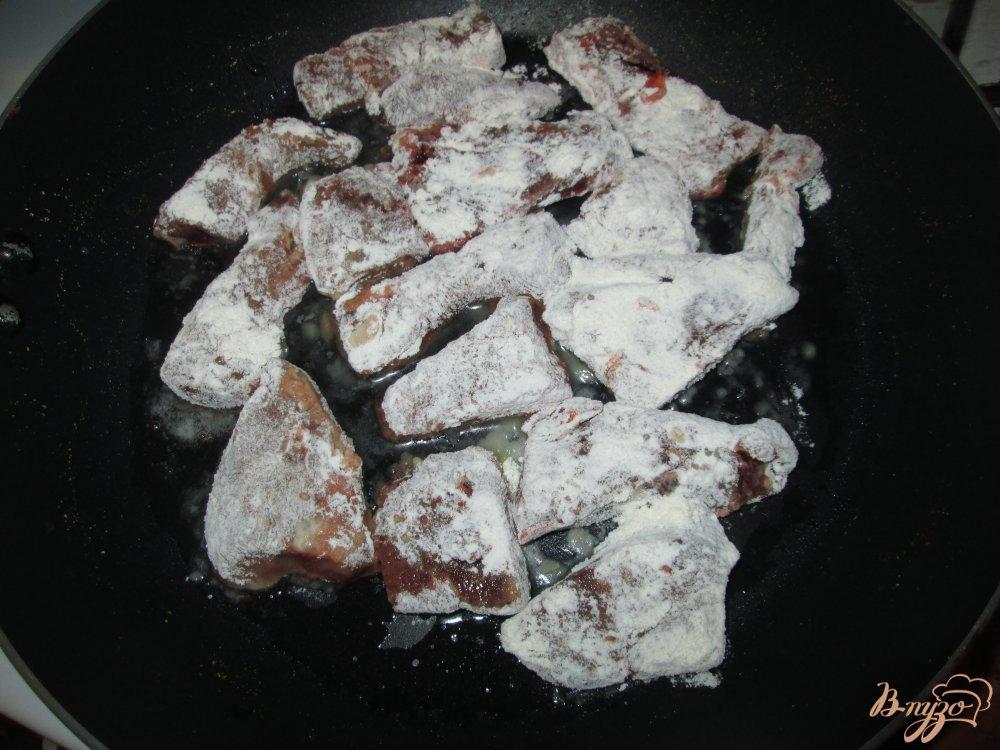 Фото приготовление рецепта: Печень тушеная в сметане с чесноком шаг №3