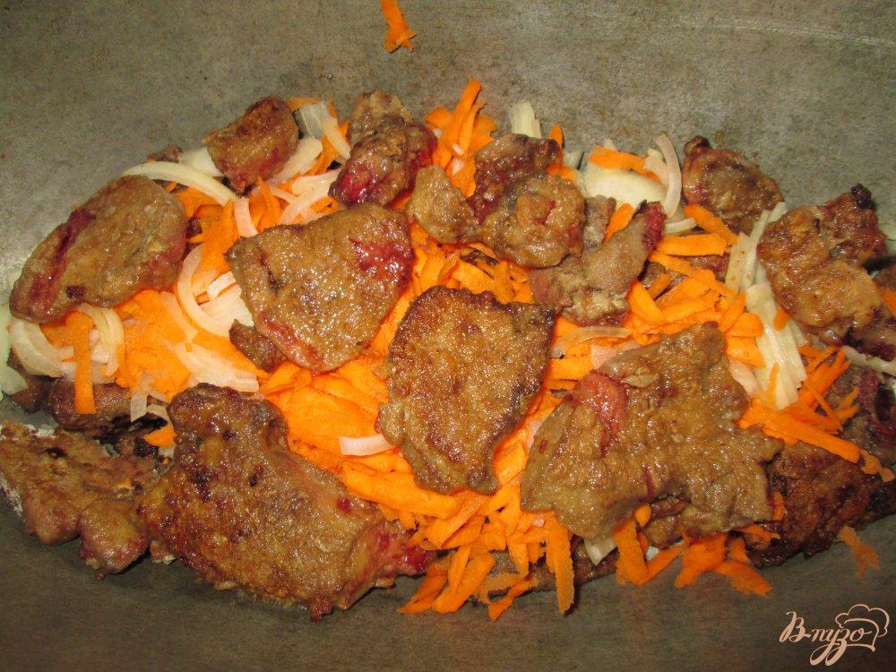 Фото приготовление рецепта: Печень тушеная в сметане с чесноком шаг №6