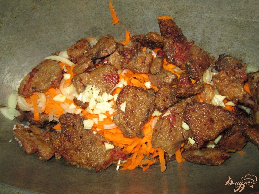 Фото приготовление рецепта: Печень тушеная в сметане с чесноком шаг №7