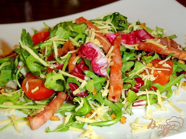 Рецепт Зеленый салат с помидорами,ветчиной, жареным чесноком