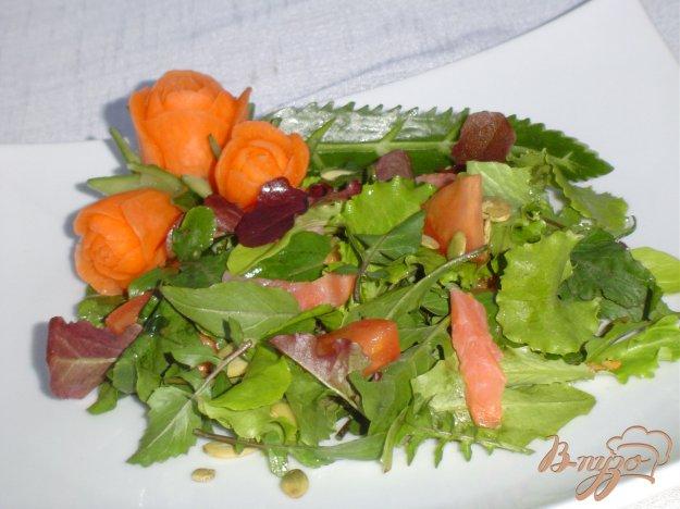 Рецепт Зеленый салат с малосольной семгой и помидорами
