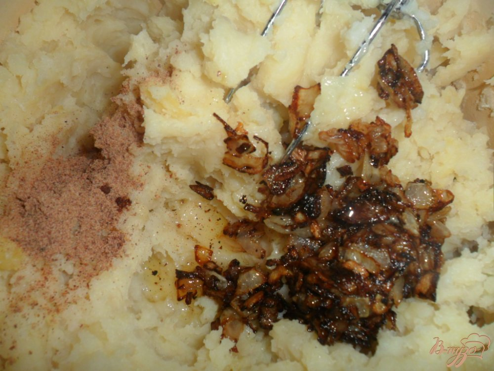 Фото приготовление рецепта: Картофельное пюре с луком и мускатным орехом шаг №4