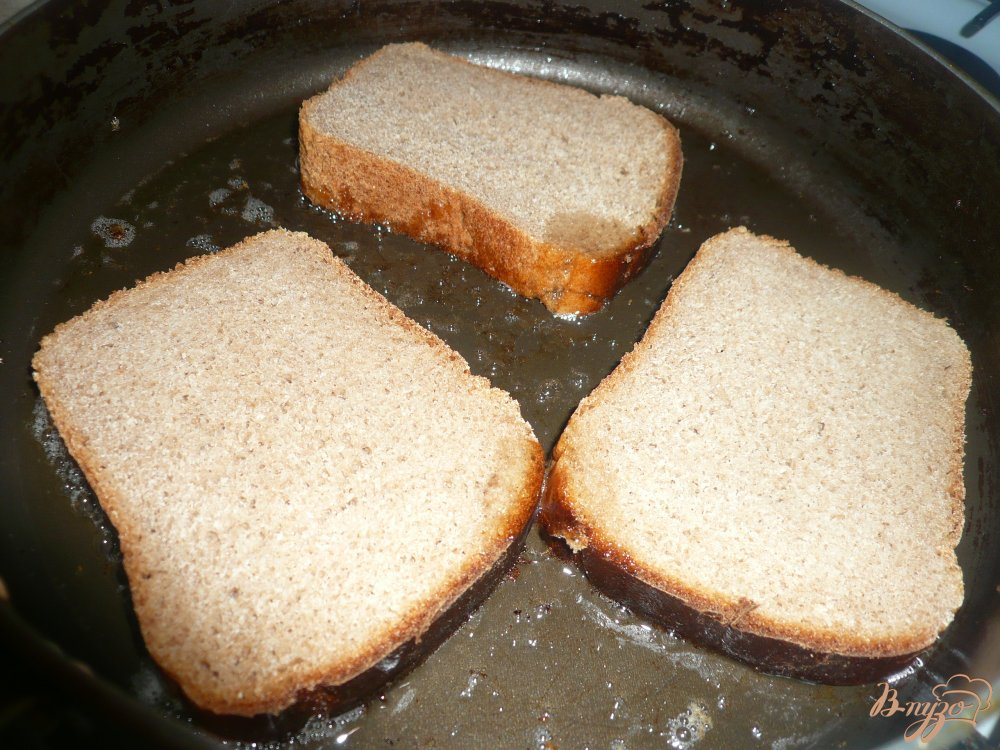 Фото приготовление рецепта: Горячий бутерброд на ржаном хлебе шаг №2
