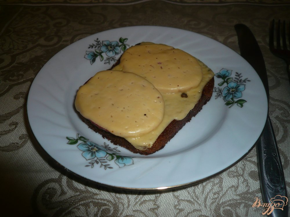 Фото приготовление рецепта: Горячий бутерброд на ржаном хлебе шаг №7