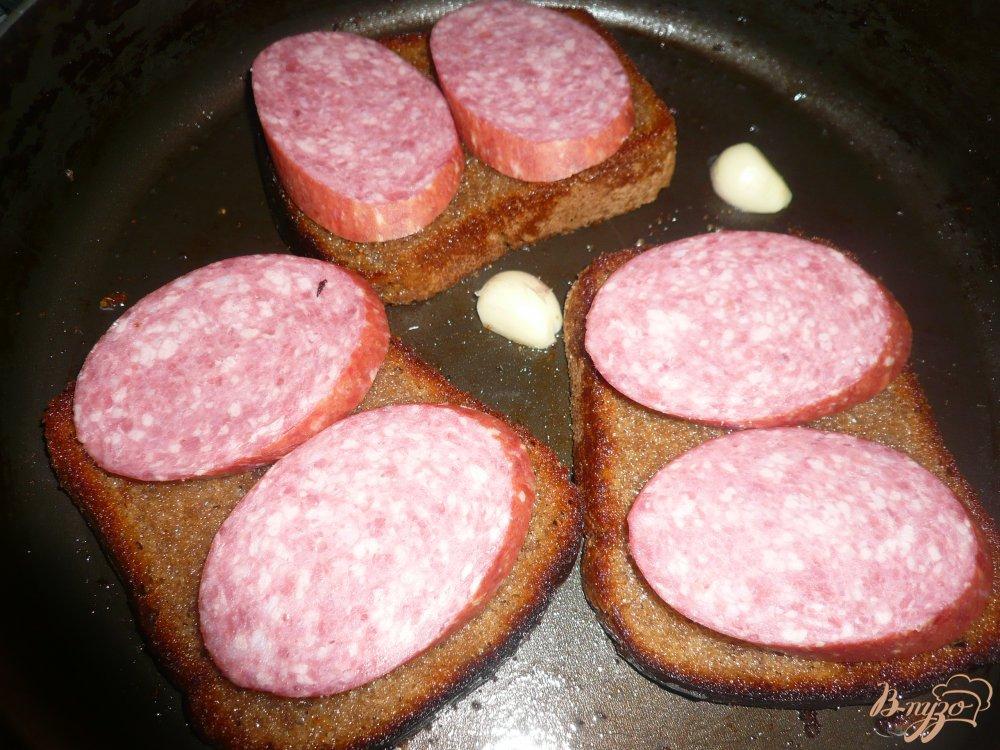 Фото приготовление рецепта: Горячий бутерброд на ржаном хлебе шаг №5