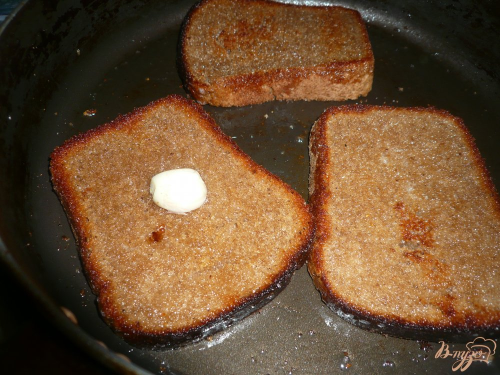 Фото приготовление рецепта: Горячий бутерброд на ржаном хлебе шаг №4