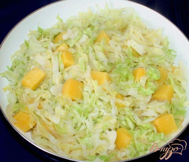 Тушеная капуста с тыквой, яблоком и курицей