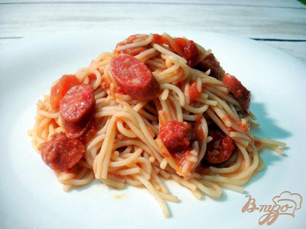 Спагетти в соусе с салями