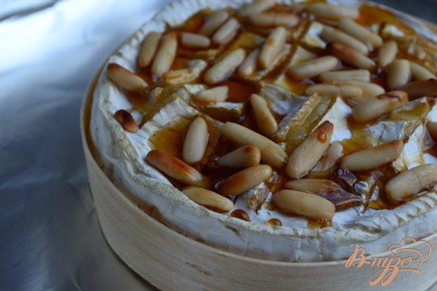 Камамбер фондю с медом и орешками