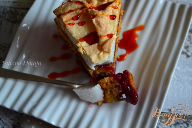 Пирог с вишневой начинкой и меренгой