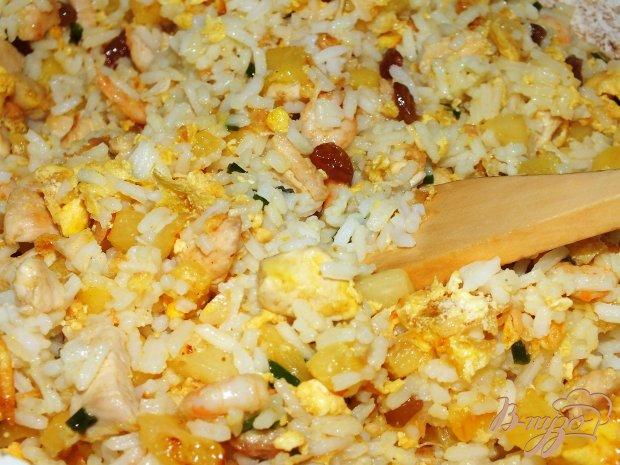 Тайский рис с креветками запеченный в ананасе