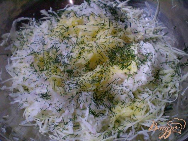 Салат капустный с редькой и яблоком