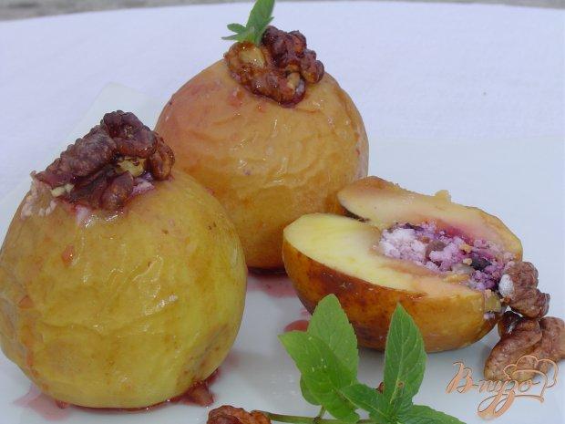 Яблоки, запеченные с творогом, черникой, орехами и медом