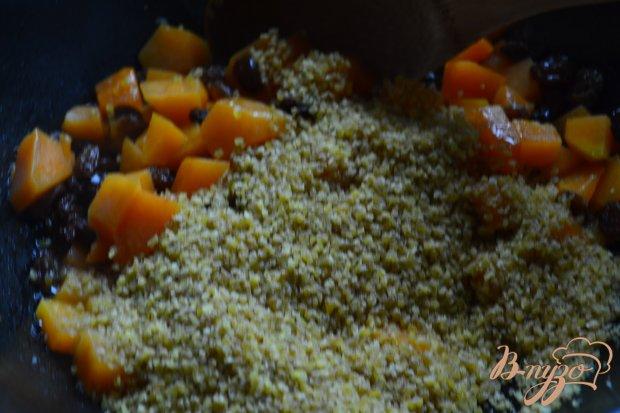 Сладкая каша из булгура с кусочками тыквы и изюмом