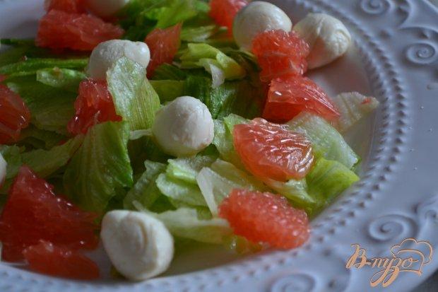 Салат с моцареллой, грейпфрутом и бастурмой  из говядины