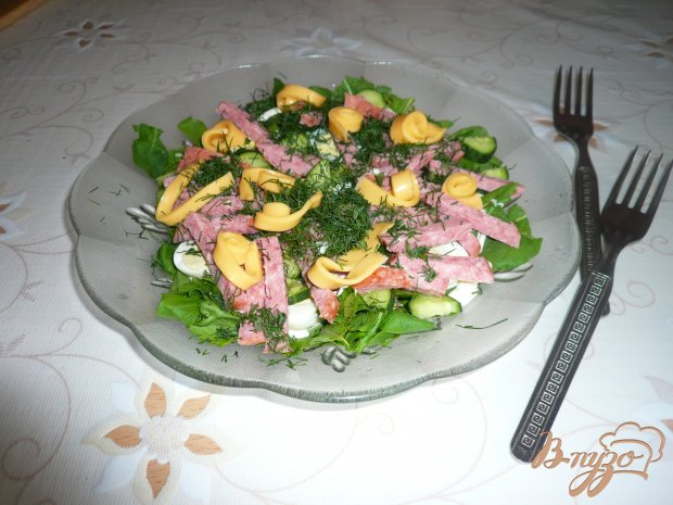 Сытный салат с копченой колбаской