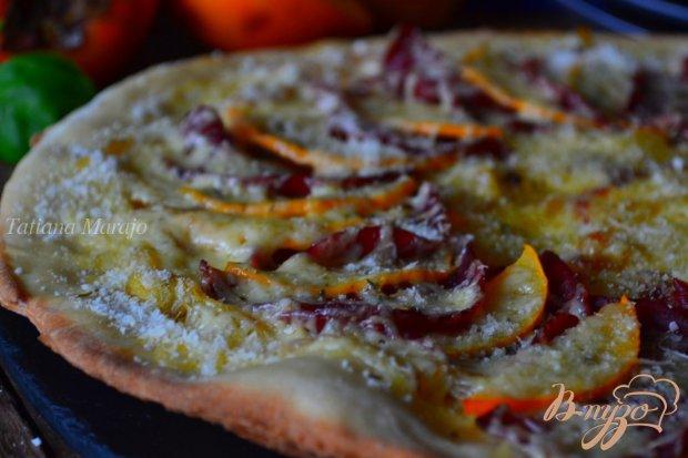 Пицца с луком, хурмой и вяленой говядиной