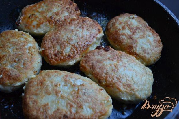 Куриные котлетки с начинкой из сыра с песто