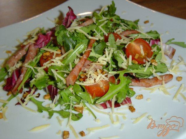Зеленый салат с помидорами,ветчиной, жареным чесноком