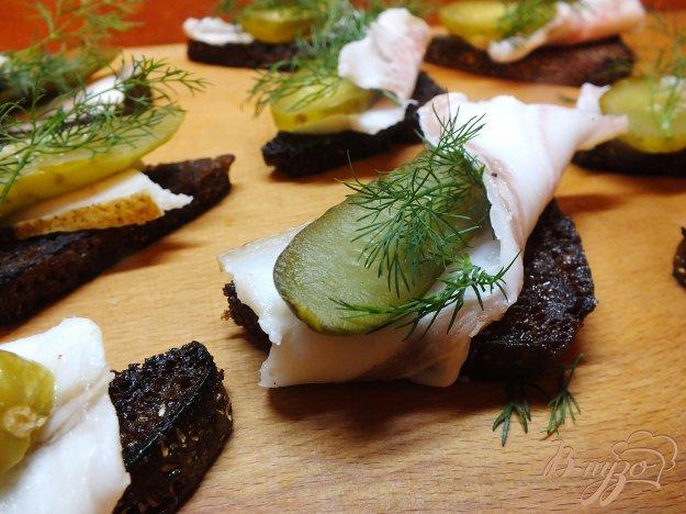 Рецепт Закуска из гренок чесночных с салом и соленым огурцом