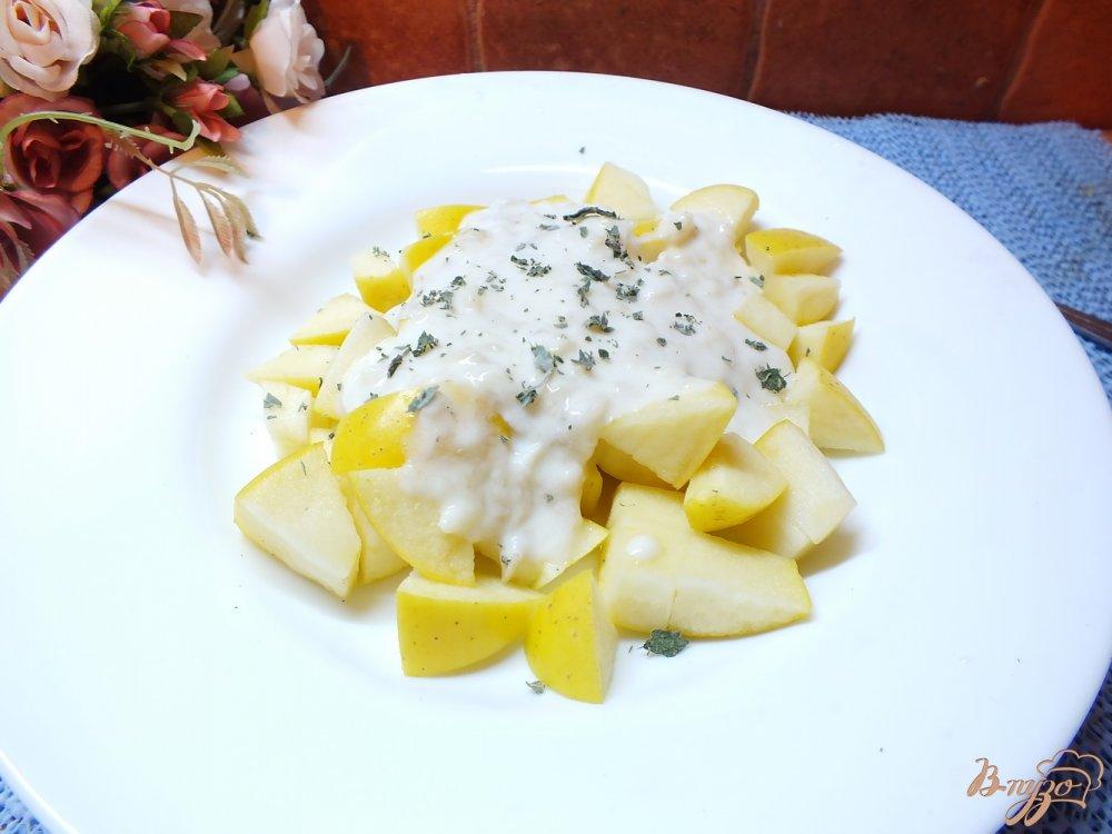 Фото приготовление рецепта: Салат из яблок с мятой под сметано-банановым соусом шаг №6
