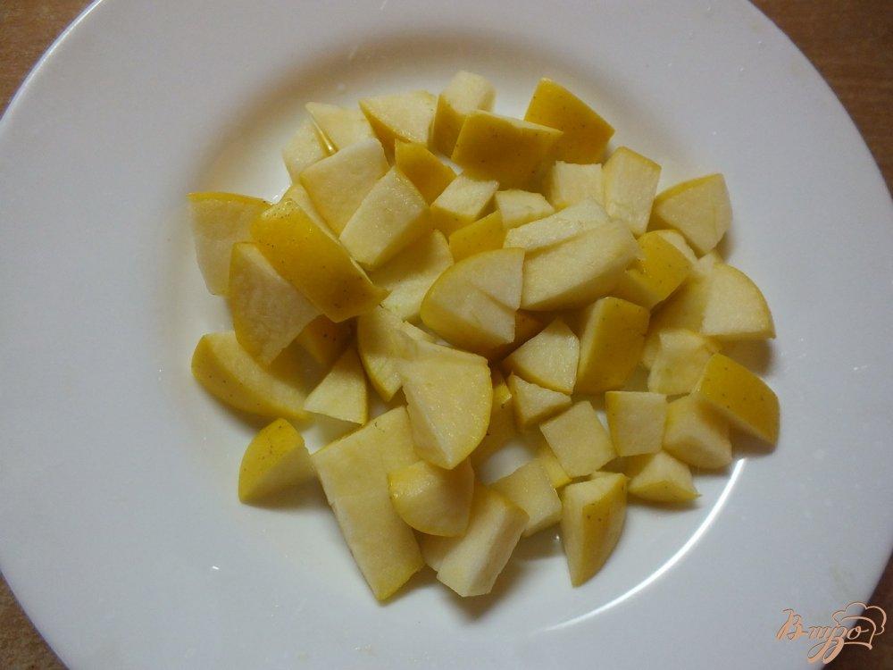 Фото приготовление рецепта: Салат из яблок с мятой под сметано-банановым соусом шаг №5