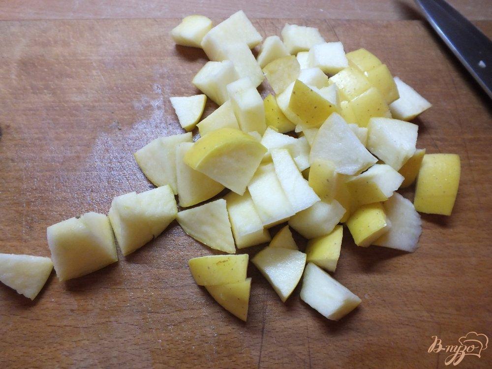 Фото приготовление рецепта: Салат из яблок с мятой под сметано-банановым соусом шаг №1