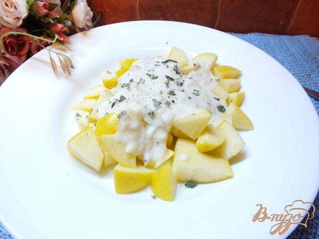 Рецепт Салат из яблок с мятой под сметано-банановым соусом