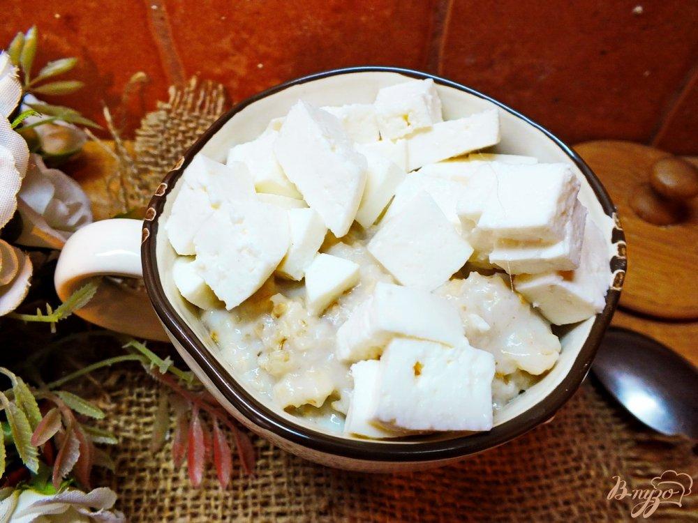 Фото приготовление рецепта: Гарнир из овсяной каши с овечьей брынзой шаг №6