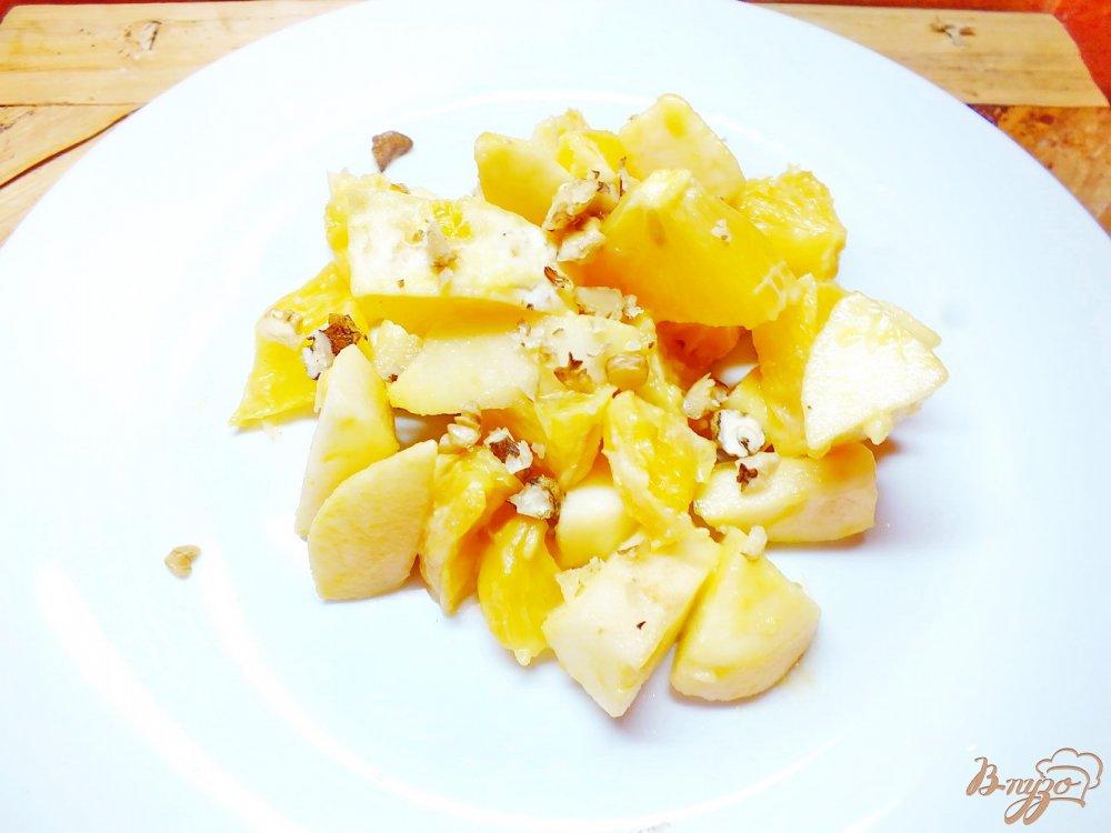 Фото приготовление рецепта: Салат апельсиново-яблочный под медово-горчичным соусом шаг №5