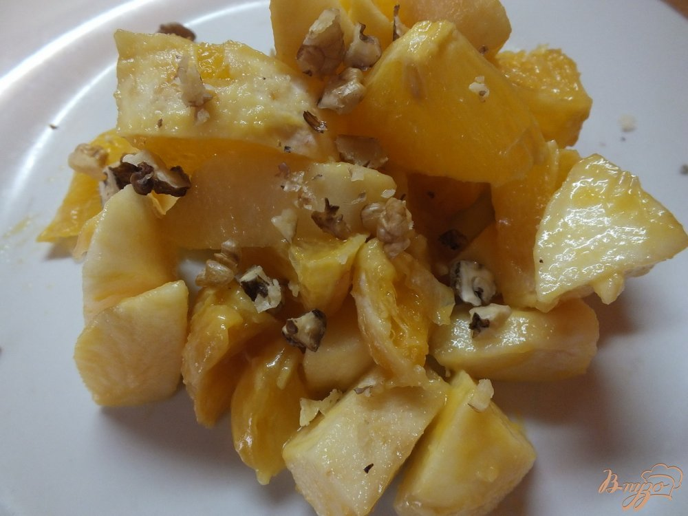 Фото приготовление рецепта: Салат апельсиново-яблочный под медово-горчичным соусом шаг №4
