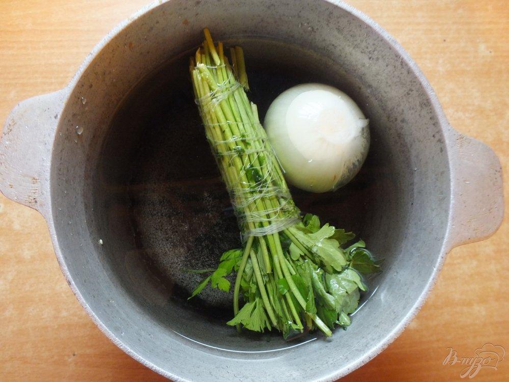 Фото приготовление рецепта: Суп куриный с плавленым сыром и жаренными макаронами шаг №1