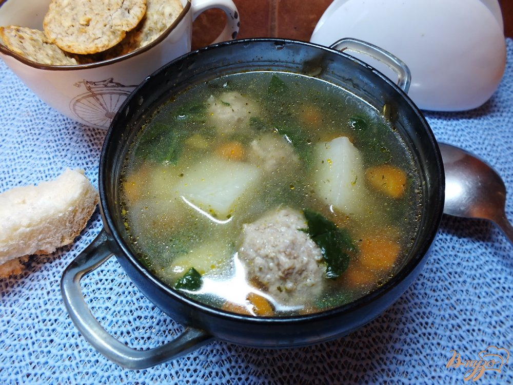 Фото приготовление рецепта: Суп с фрикадельками и шпинатом шаг №6