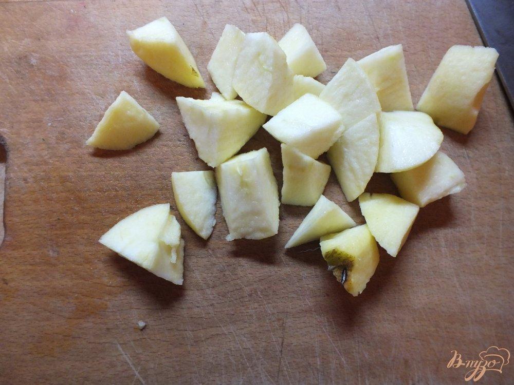 Фото приготовление рецепта: Соленая овсяная каша на воде с орехами и яблоками шаг №3